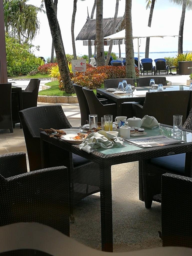 セブ島シャングリラマクタンの朝食AQUAレストランの屋外テーブル